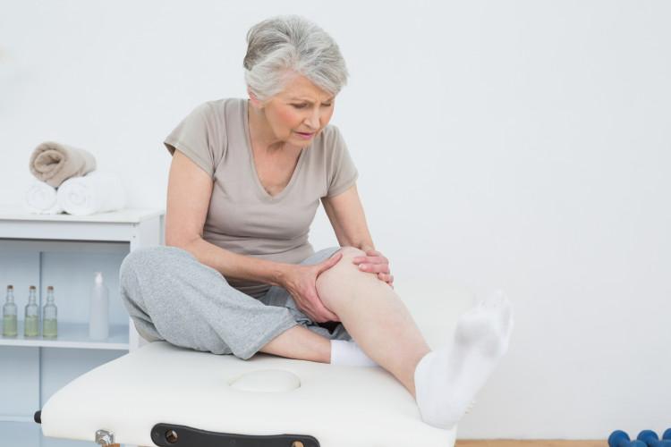 Cứng khớp là dấu hiệu bệnh thoái hóa khớp gối