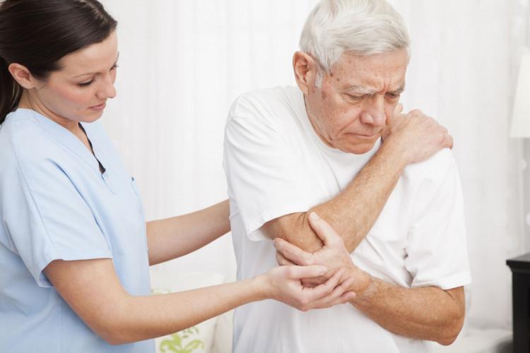Người bị đau mỏi vai gáy cần được khám bởi các bác sĩ chuyên khoa